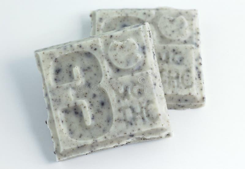 Pedazos de la barra de caramelo de THC en el fondo blanco foto de archivo libre de regalías
