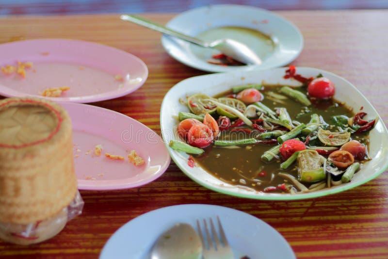 Pedazos de la comida colocados en la tabla imagenes de archivo