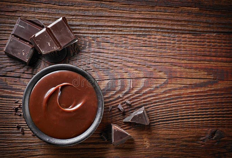 Pedazos de la crema del chocolate y del chocolate imagenes de archivo