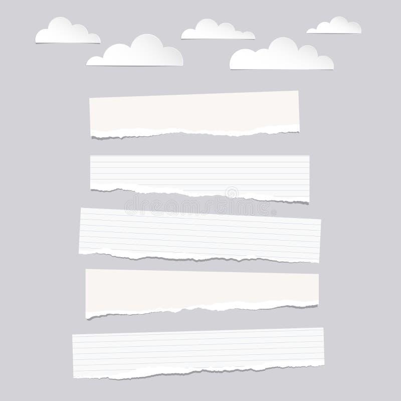 Pedazos de la nota en blanco y alineada blanca rasgada, tiras de papel del cuaderno con las nubes en fondo gris libre illustration