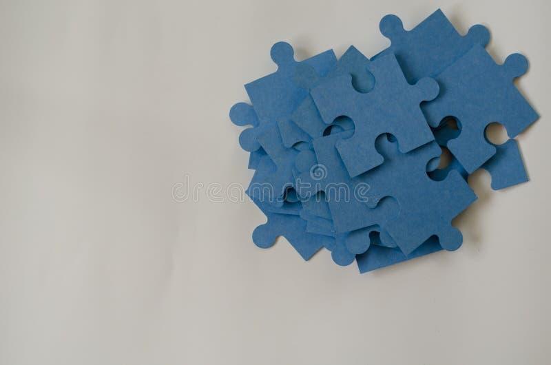 Pedazos de montón azul del rompecabezas en el fondo blanco imagen de archivo libre de regalías