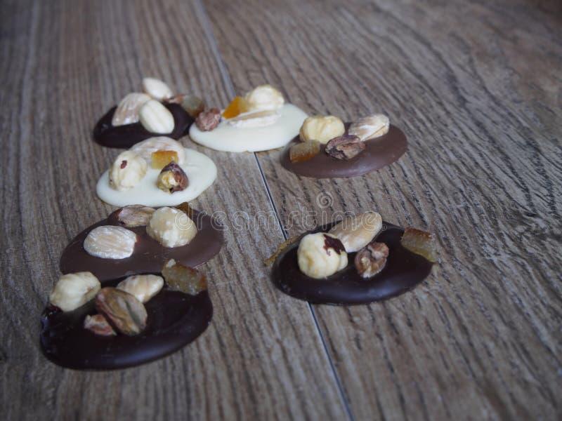 Pedazos de negro, de blanco y de chocolate con leche fotos de archivo libres de regalías