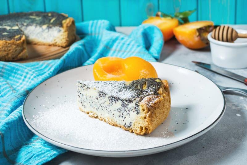 Pedazos de pastel de queso y de melocotón deliciosos de la semilla de amapola imagenes de archivo