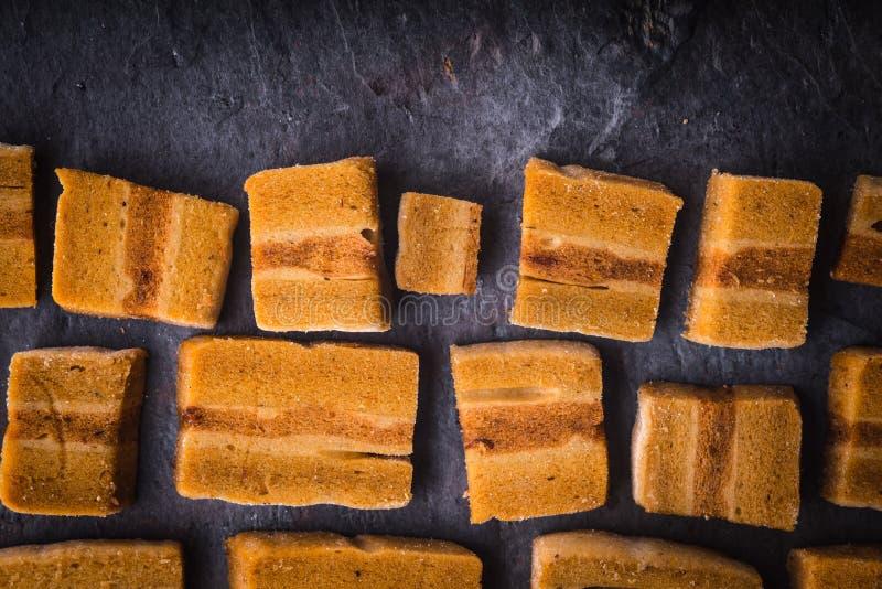 Pedazos de Pastila en la tabla de piedra oscura fotografía de archivo libre de regalías