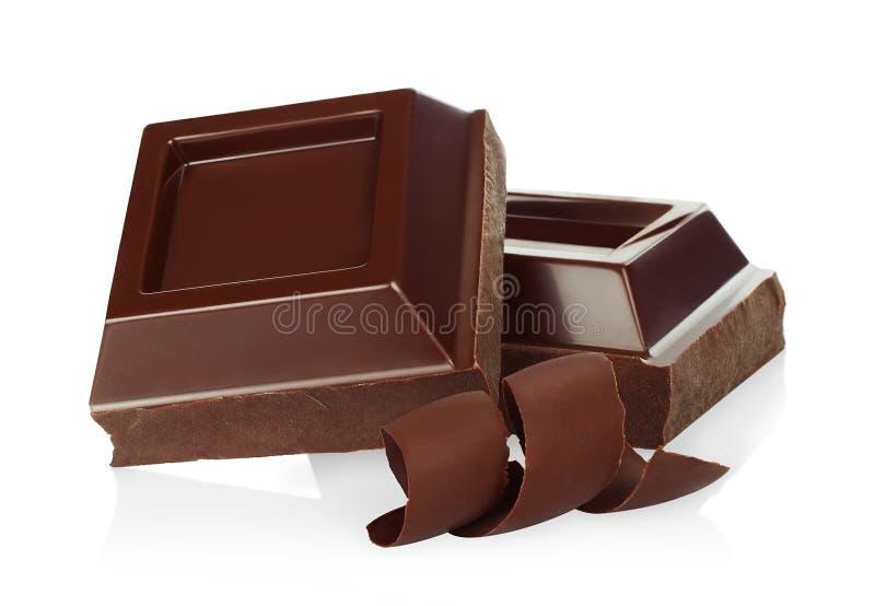 Pedazos del chocolate con las virutas del chocolate fotos de archivo libres de regalías