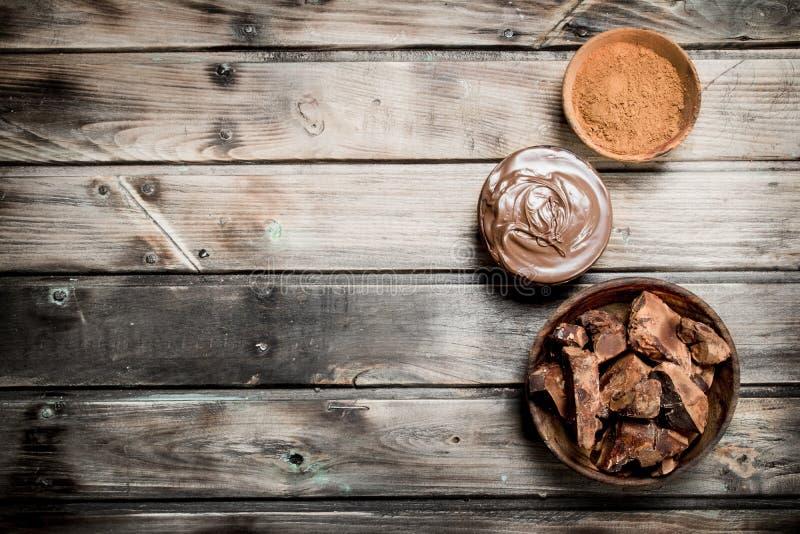 Pedazos del chocolate machacado con goma del chocolate y el cacao de tierra imágenes de archivo libres de regalías