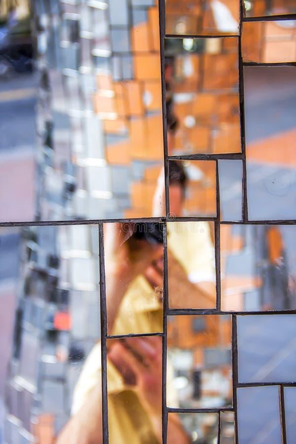 Pedazos del espejo del mosaico en una escultura imagenes de archivo