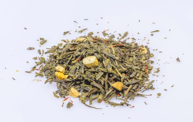 Pedazos del ginseng de la pizca del té verde imágenes de archivo libres de regalías