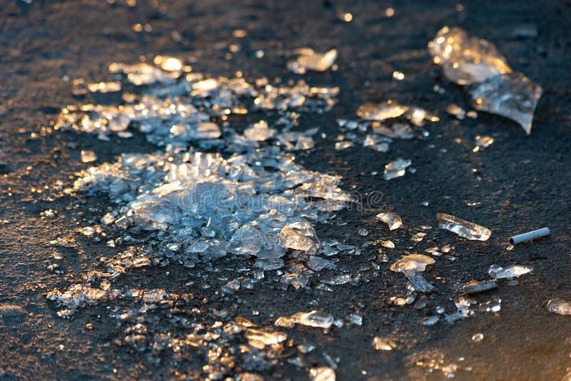 Pedazos del hielo en el pavimento fotos de archivo