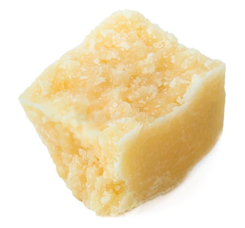 Pedazos del queso parmesano aislados en el fondo blanco Italiano Har foto de archivo