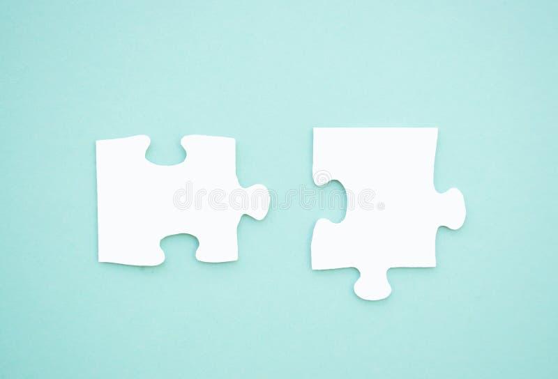 Pedazos del rompecabezas en fondo azul Día de la conciencia del autismo imagen de archivo