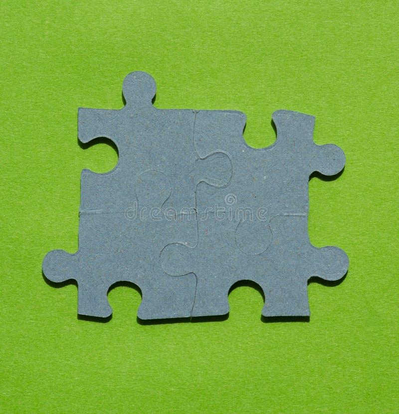 Pedazos del rompecabezas en fondo verde claro fotos de archivo libres de regalías