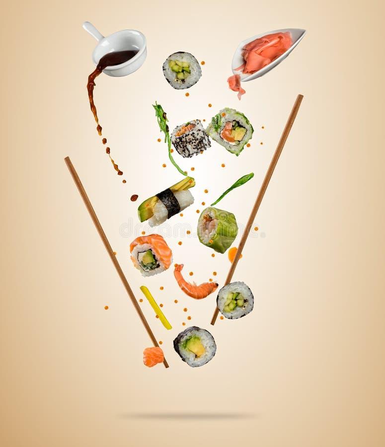 Pedazos del vuelo de sushi con los palillos de madera, separados en beig stock de ilustración