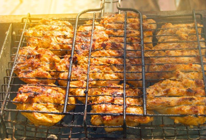 Pedazos fritos apetitosos de carne en el aire libre de la parrilla del hierro, luz del sol, rayos, fondo de la barbacoa de la com fotos de archivo