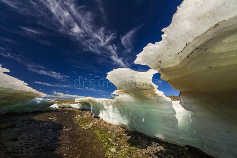 Pedazos grandes de hielo de fusión en una playa fotografía de archivo libre de regalías