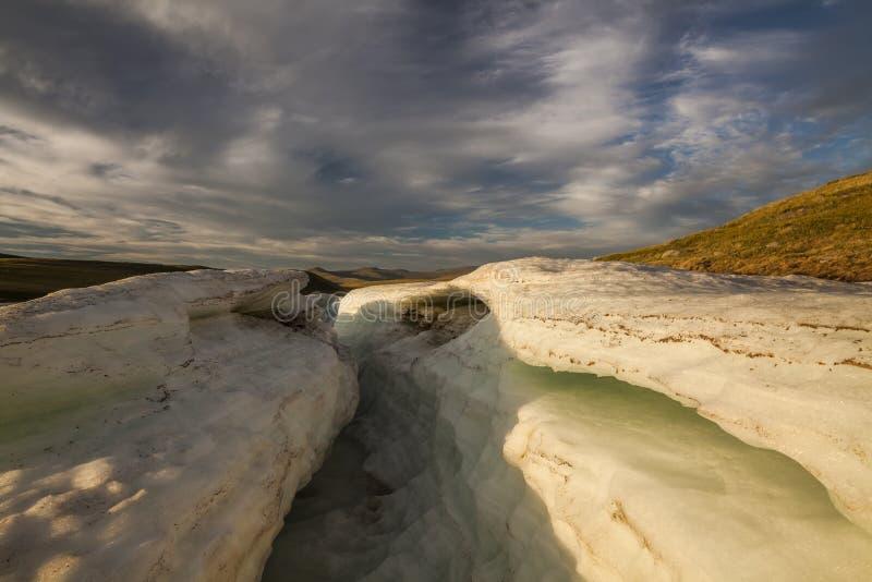 Pedazos grandes de hielo de fusión en una playa imágenes de archivo libres de regalías