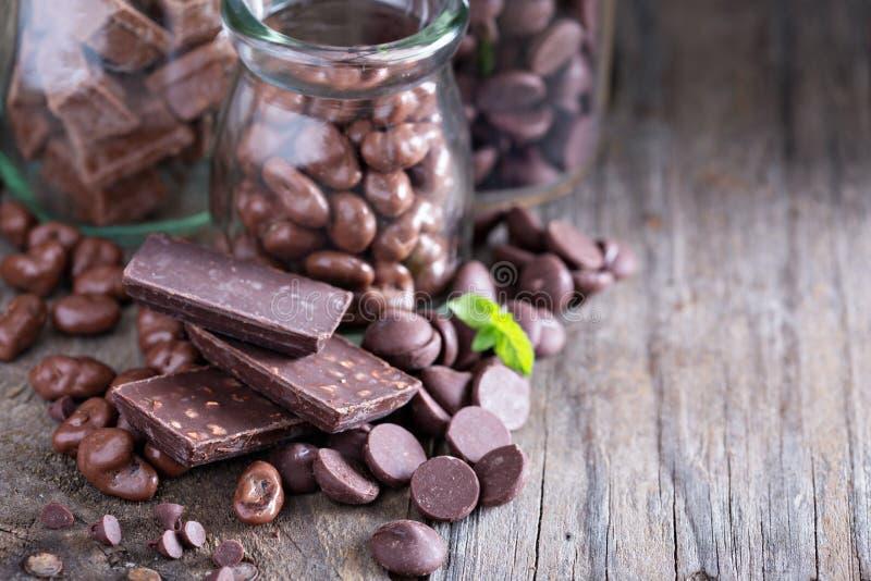 Pedazos, microprocesadores, caramelos y barras del chocolate foto de archivo libre de regalías