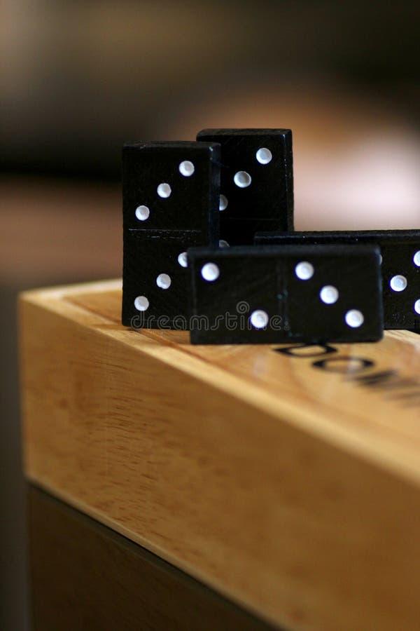 Pedazos negros del dominó en la caja de madera del dominó imágenes de archivo libres de regalías