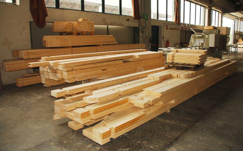 Pedazos prefabricados de madera de la casa en fábrica imagenes de archivo