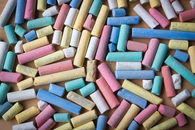 Pedazos rotos sucios de tiza colorida gruesa foto de archivo