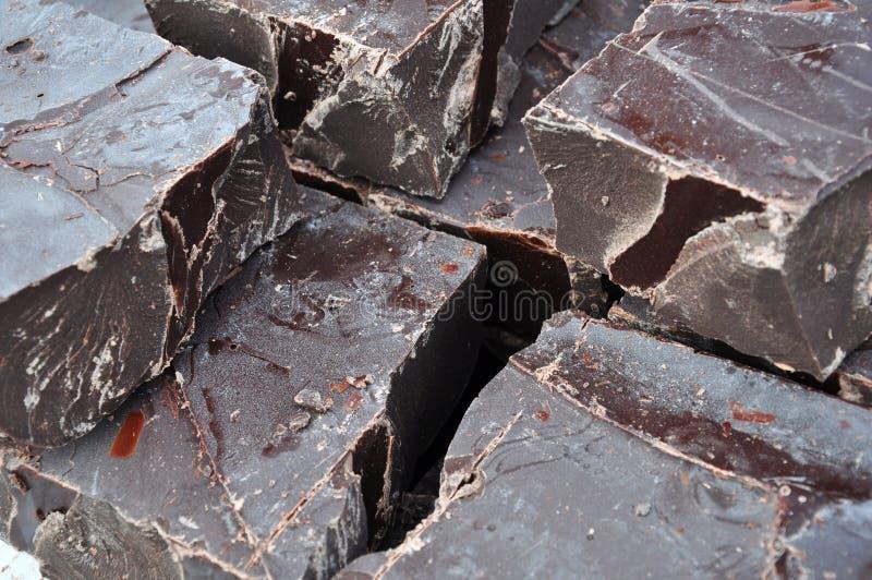 Pedazos sin procesar del chocolate imagen de archivo