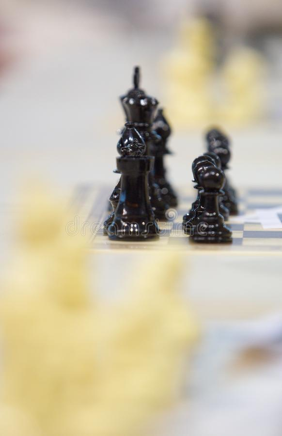 Pedazos sobre tablero de ajedrez antes del torneo fotografía de archivo