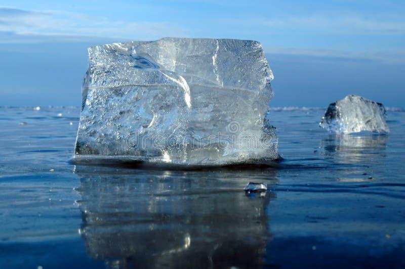 Pedazos transparentes de hielo fotografía de archivo libre de regalías