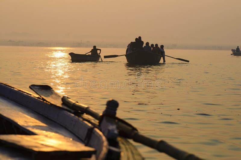 Peddel aan de boot op de troep van Varanasi India royalty-vrije stock afbeeldingen
