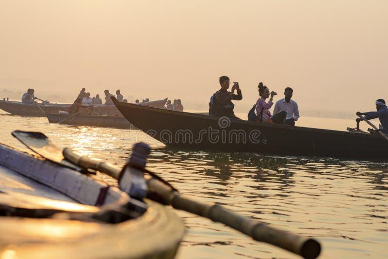 Peddel aan de boot op de troep van Varanasi India stock foto's