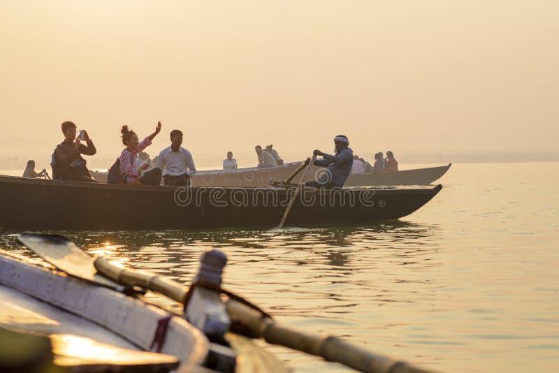 Peddel aan de boot op de troep van Varanasi India stock fotografie