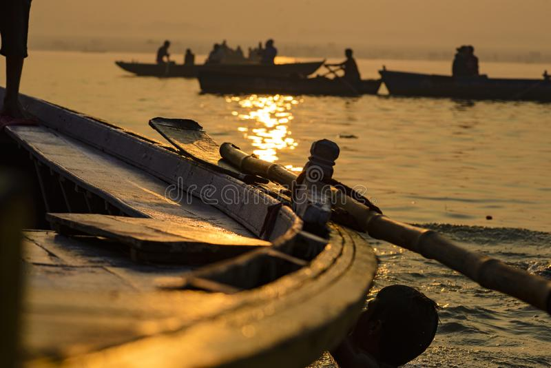 Peddel aan de boot op de troep van Varanasi India stock afbeeldingen