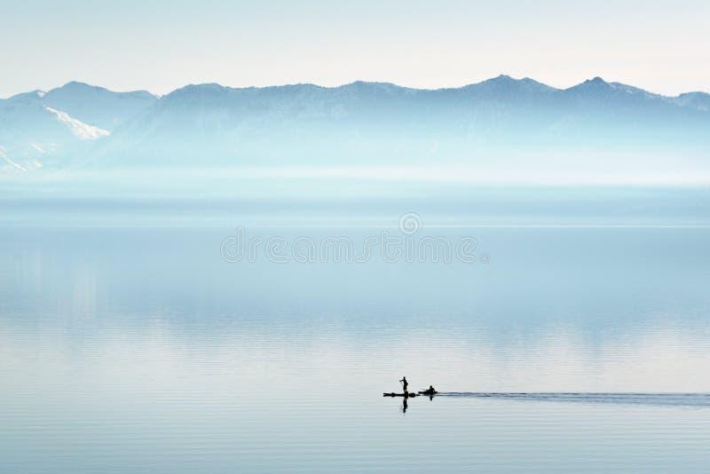 Peddel die in het Noordenmeer Tahoe inschepen Nevada royalty-vrije stock afbeelding