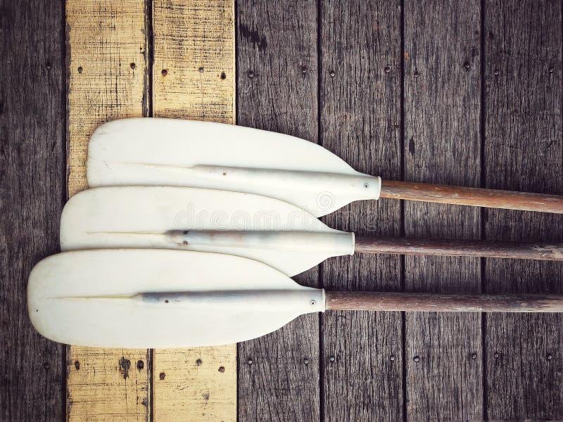 Peddel voor kano of kajakboot stock foto's