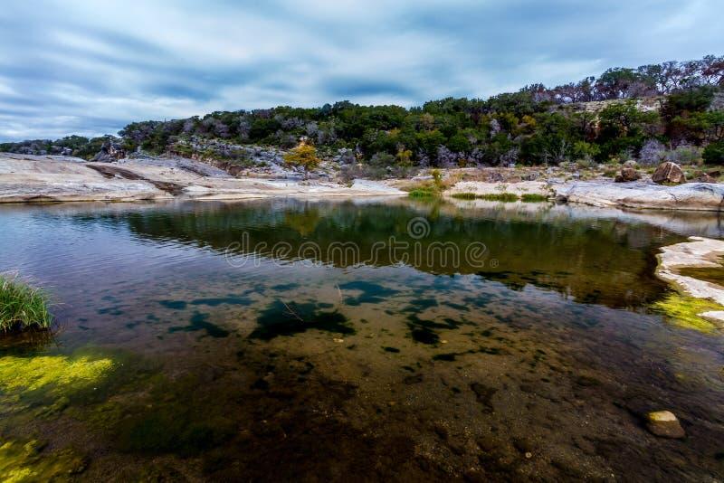 Der Kristall - klares Wasser des Pedernales Flusses fällt, Texas. stockbilder