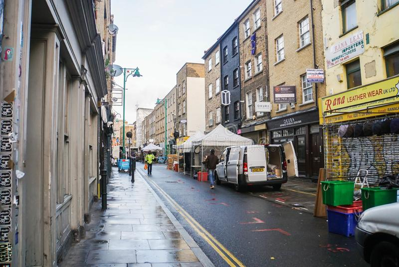 pedestrain的公开走道沿在砖车道伦敦的葡萄酒大厦 图库摄影