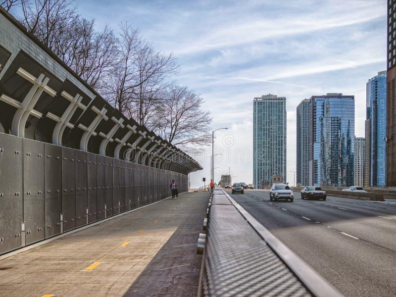 Pedestrains och bilar, fot- flygparad för Lakefront i Chicago Huvudsaklig gata i Chicago, gator i Illinois arkivbild