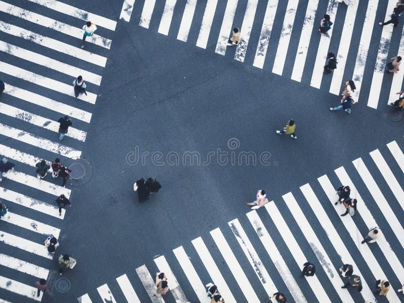 Pedestre de passeio da faixa de travessia da multidão da opinião superior da rua da cidade dos povos fotografia de stock