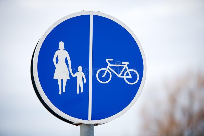 Pedestre e sinal de estrada compartilhado bicicleta fotografia de stock