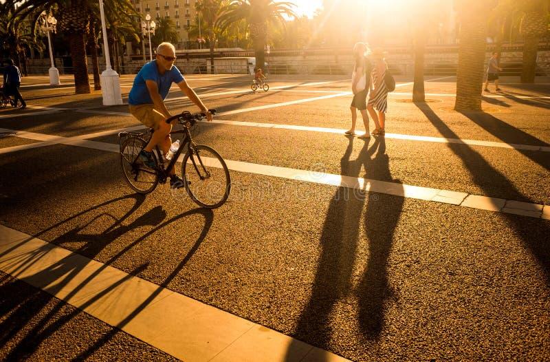 Pedestres e ciclista, porto Vell, Barcelona, Espanha imagens de stock