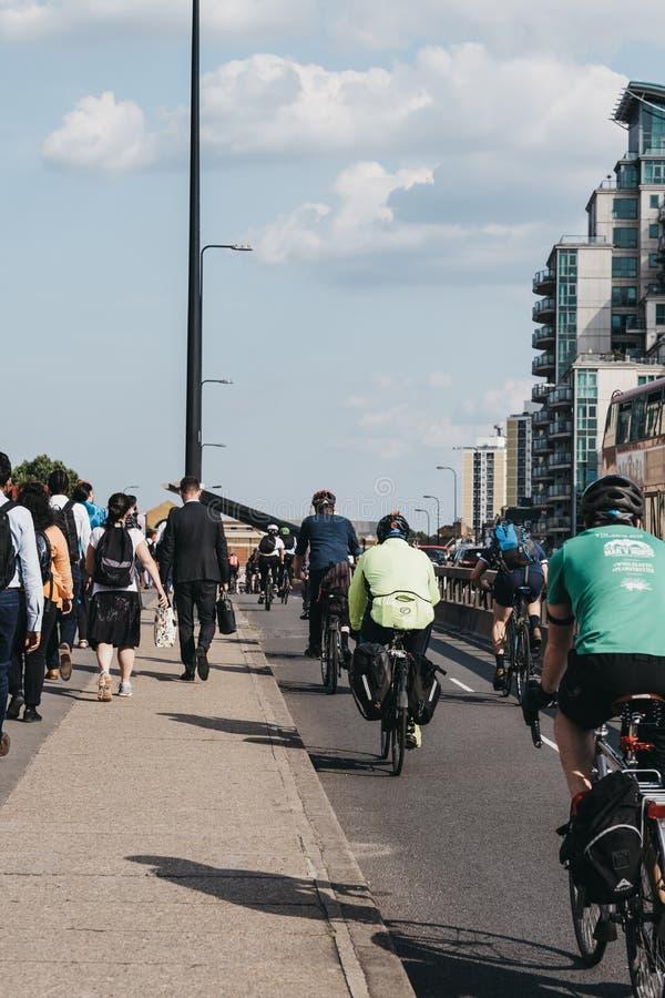 Pedestres e ciclistas na ponte Vauxhall, em Londres, Reino Unido, durante o horário de ponta, foco seletivo imagens de stock
