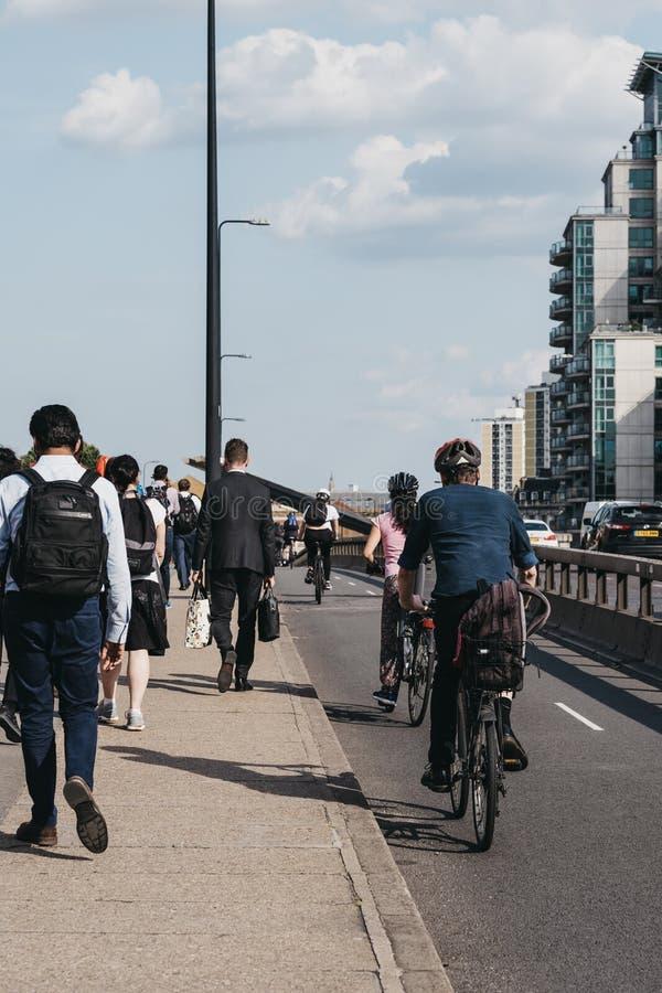 Pedestres e ciclistas na ponte Vauxhall, em Londres, Reino Unido, durante o horário de ponta, foco seletivo imagens de stock royalty free