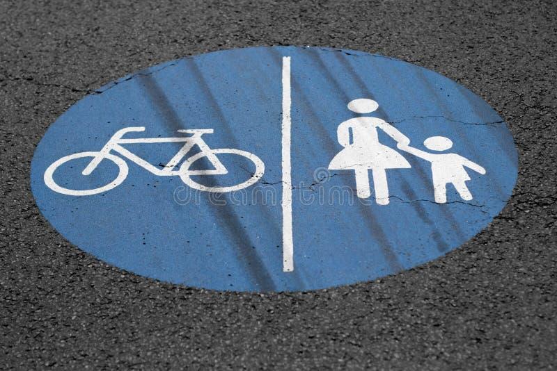 Pedestres e sinal da maneira da bicicleta na terra fotos de stock