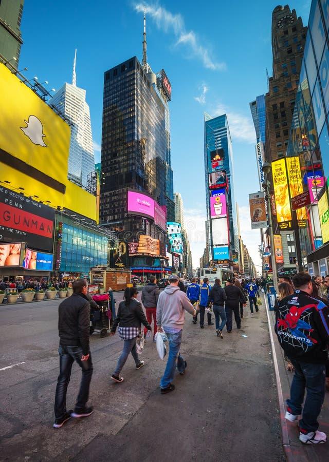 Pedestres em Broadway e em 7a avenida no Times Square NYC fotos de stock
