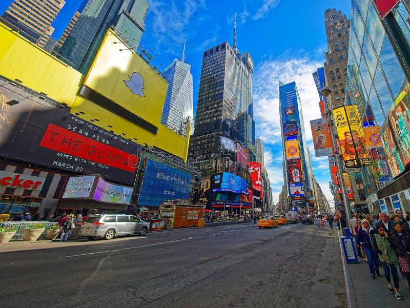 Pedestres em Broadway e em 7o Times Square EUA da avenida imagens de stock royalty free
