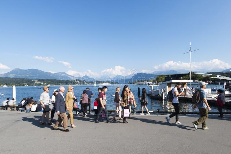 Pedestres na costa do lago Lucern, Suíça foto de stock royalty free