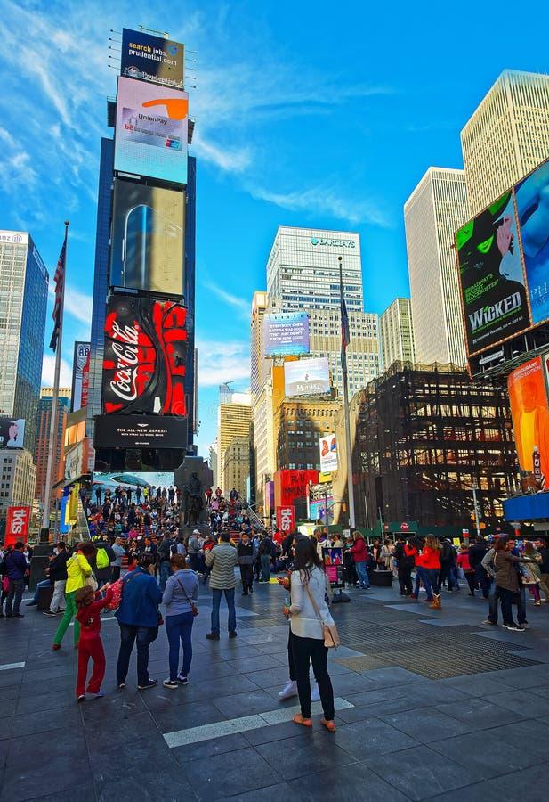 Pedestres na 7os avenida e Broadway no Times Square EUA imagem de stock