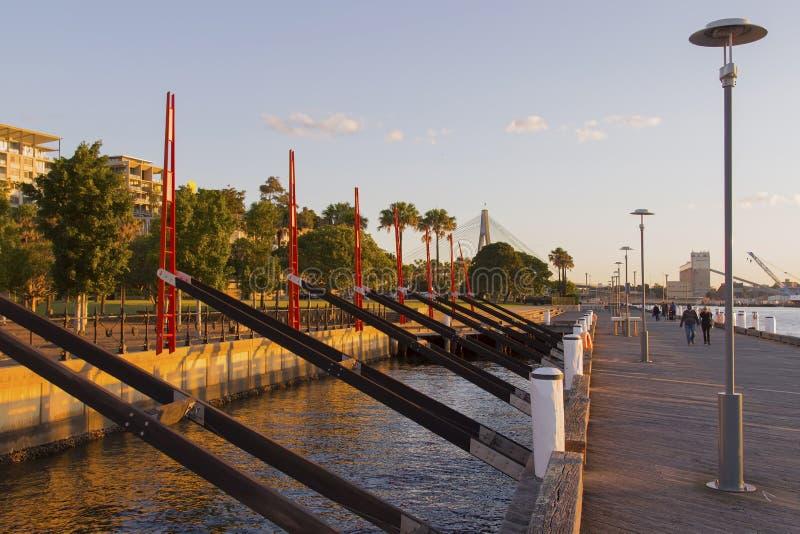 Pedestres no cais de Darling Island Park em Sydney com o Anza fotografia de stock royalty free