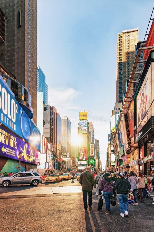 Pedestres no Times Square na 7os avenida e Broadway foto de stock