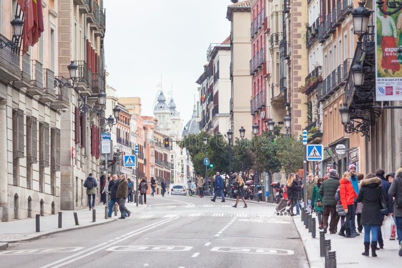 Pedestres que andam ao longo 'de Calle Mayor ' fotografia de stock royalty free