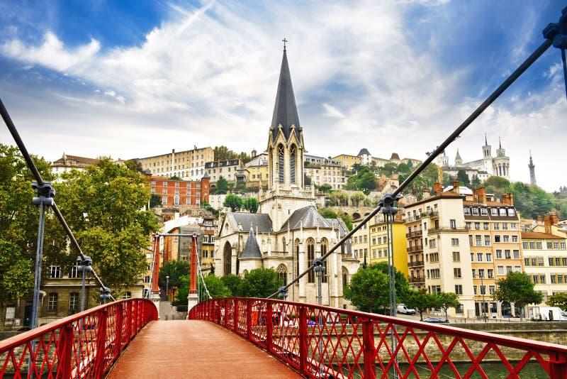 Pedestrian Saint-Georges-voetbrug en de Saint-Georges-kerk in Lyon, Frankrijk royalty-vrije stock fotografie